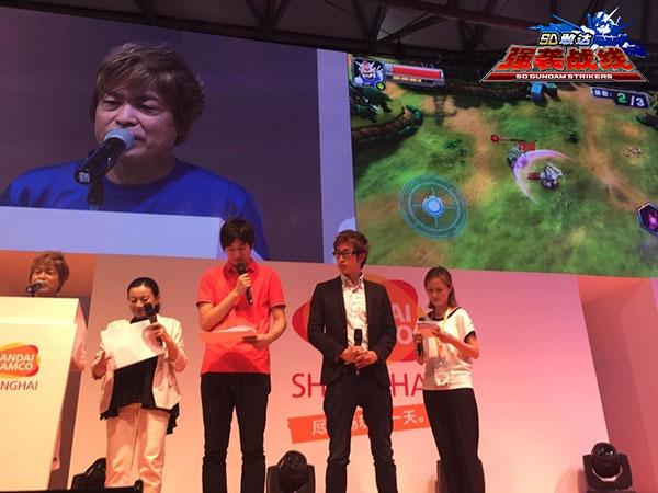 古谷徹老师不仅现场试玩《SD敢达强袭战线》,而且还进行了同步配音,让现场玩家激动不已,呼叫声连连。
