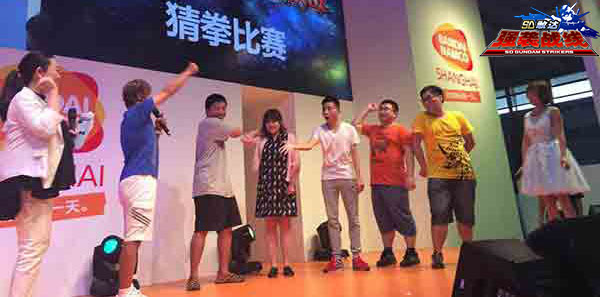 随着活动的继续,现场还安排了与古谷徹老师的猜拳互动,大牌声优与展台现场的玩家一起玩猜拳的景象也算是ChinaJoy历史上头一遭了吧。